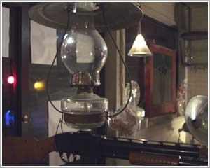 ランプの下には射的用のライフル